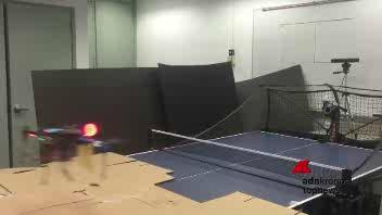 Il drone giocatore di ping-pong