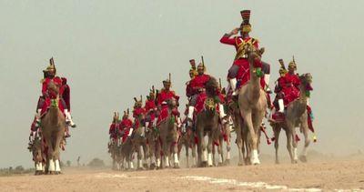 In Pakistan la banda suona le cornamuse in sella ai cammelli
