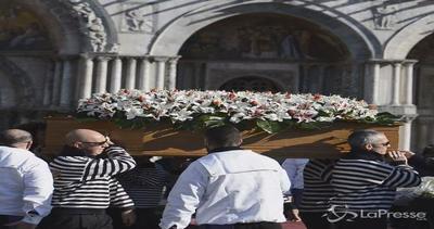 Piazza San Marco gremita per l'ultimo saluto a Valeria ...