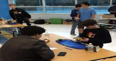 Ha 14 anni e batte il record: il cubo di Rubik in meno di 5 ...