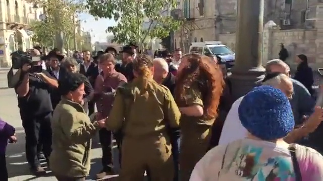 La danza di pace delle donne arabe con le soldatesse ...