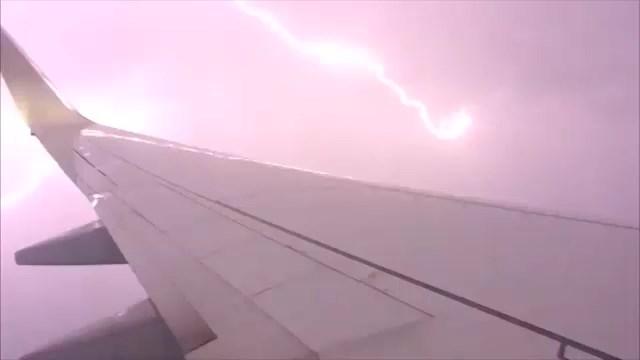 Australia, tempesta di fulmini investe l'aereo