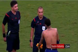 Dopo Brasile-Perù, Neymar porge la maglia all'arbitro e ...