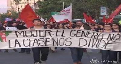 Cile, la marcia delle donne contro la violenza