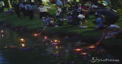 Thailandia, migliaia di candele in acqua per il Loy Krathong