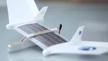 L'aeroplano giocattolo a pannelli solari