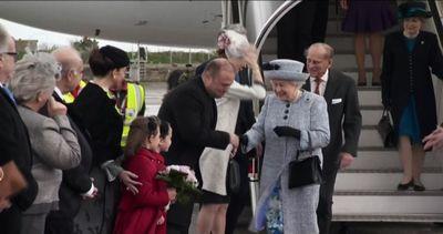 La regina Elisabetta II a Malta, cappello e cappottino ...