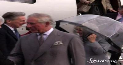 Malta, il vento mette in difficoltà la duchessa Camilla
