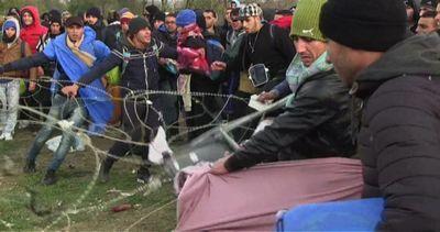 Caos al confine Grecia-Macedonia, migranti sfondano ...