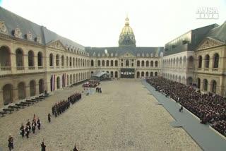 Agli Invalides l'omaggio di Parigi a vittime