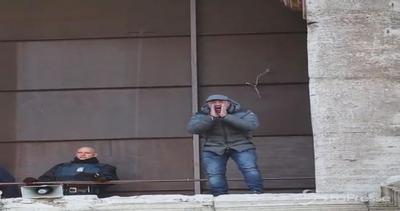 Sale sul Colosseo e minaccia il suicidio: protesta contro Tronca
