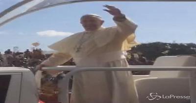 Papa a Kampala salutato come una rockstar
