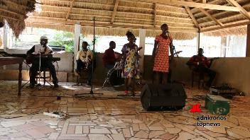 Centrafrica, bambini cantano per la pace in attesa del Papa