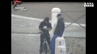 Ad Ancona l'eroina si consegna in bicicletta