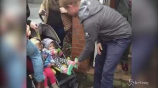 Il lato tenero del principe Harry: rimette scarpina a una bimba