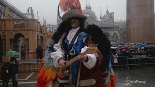 Saturnino vola su piazza San Marco a Venezia, fra controlli e pioggia