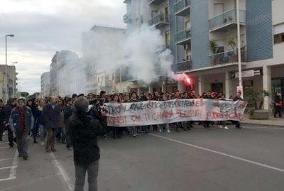 Scontri per Salvini a Cagliari, la polizia carica i manifestanti antifascisti