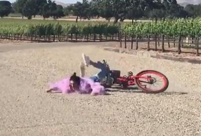 La brutta caduta di Kendall Jenner dalla bicicletta: la top a terra (e tutti ridono)